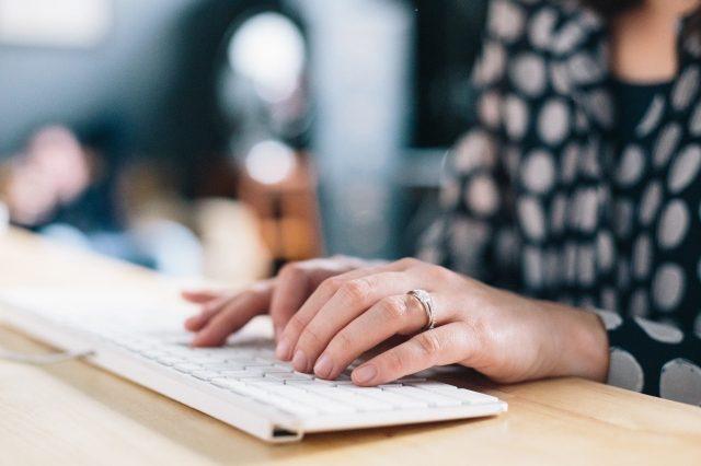 Vrouw typt op toetsenbord