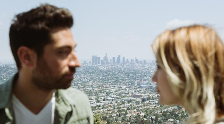 Man en vrouw met stad op achtergrond