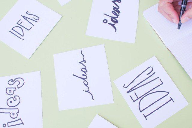 Papiertjes met 'ideas' erop geschreven