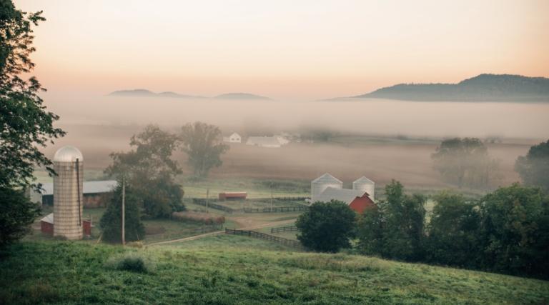 Afgelegen landschap met boerderij
