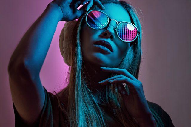 Afbeelding met een meisje met zonnebril op, futuristische sfeer.