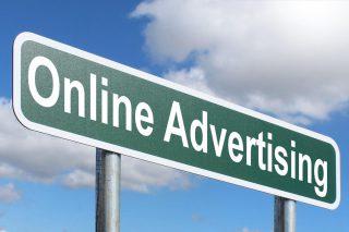 Highway bord met daarop de tekst 'online advertising'